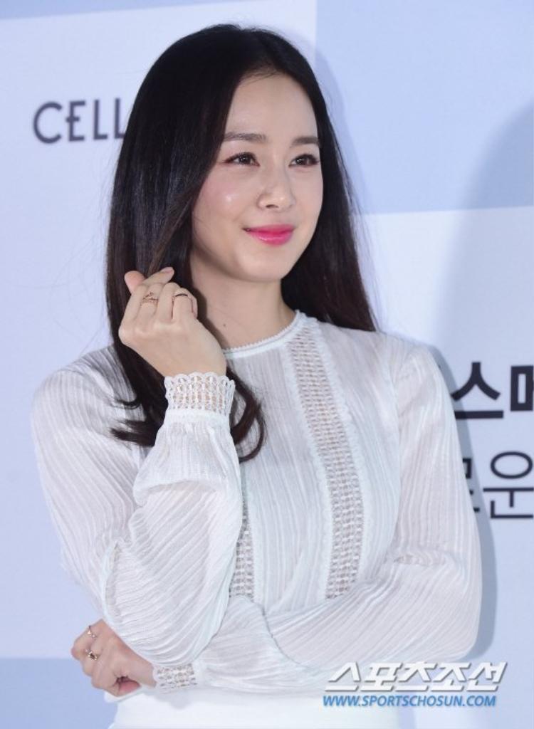 Kim Tae Hee bắn tim tặng fan.