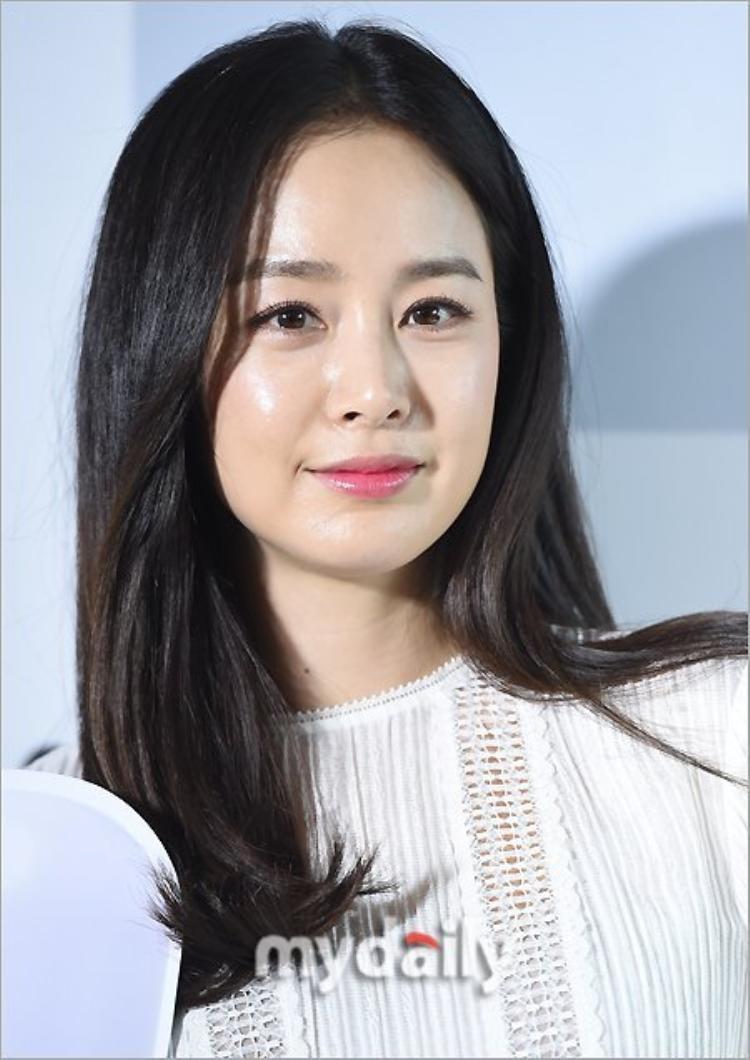 Kim Tae Hee khoe dáng chuẩn trong xuất hiện đầu tiên sau khi hạ sinh con gái đầu lòng