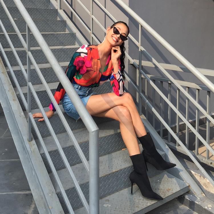 Không trưng dụng hàng hiệu đắt tiền để khoe mẽ, á hậu Hoàng Thùy đơn giản nhưng vẫn rất nổi bật với set đồ này.Tổng thể được hoàn thiện bằng chân đôi boots đen cùng kính mát cực chất.