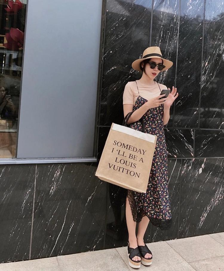 Lưu Hương Giang cũng chọn đầm họa tiết hoa nhí dáng rộng cho những ngày hè nóng bức. Mũ cói cùng dép quai ngang đậm chất thời trang hè.