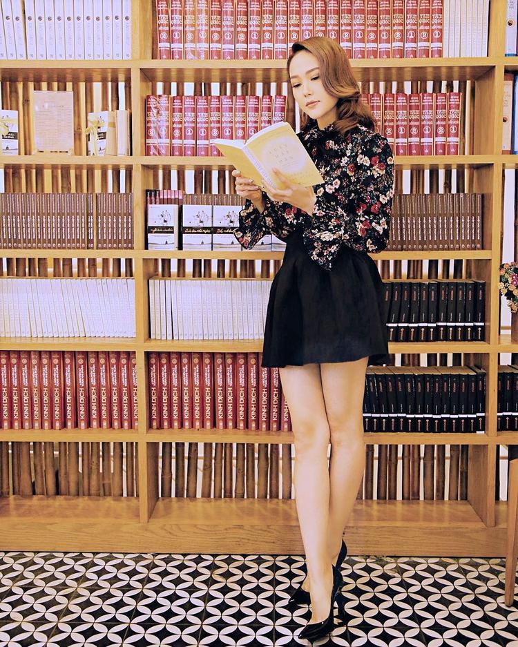 Minh Hằng cũng là một trong những mỹ nhân có phong cách thời trang ấn tượng. Cô thường xuyên lọt top mặc đẹp nhất tuần. Đầu hè, ca sĩ đơn giản với áo hoa nhí cùng chân váy đen xếp ly.