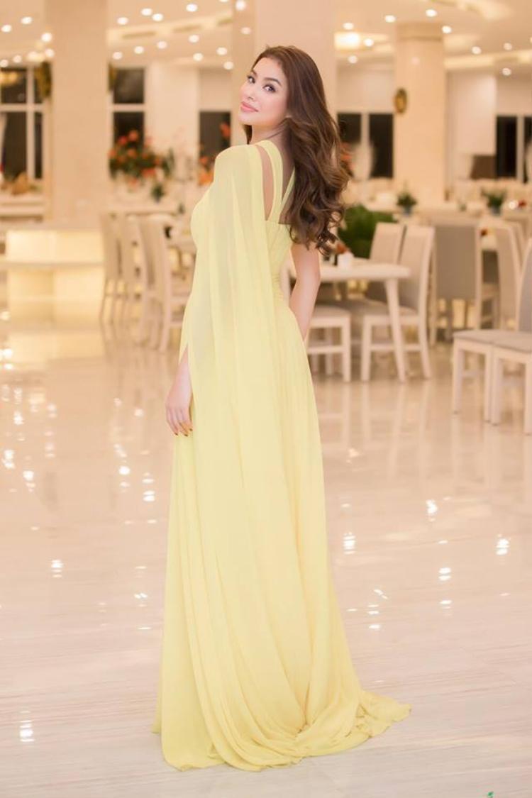 Người đẹp khéo léo lựa chọn lối trang điểm nhẹ nhàng với đôi môi hồng nude nhằm tôn lên sắc vàng tinh tế của bộ trang phục.
