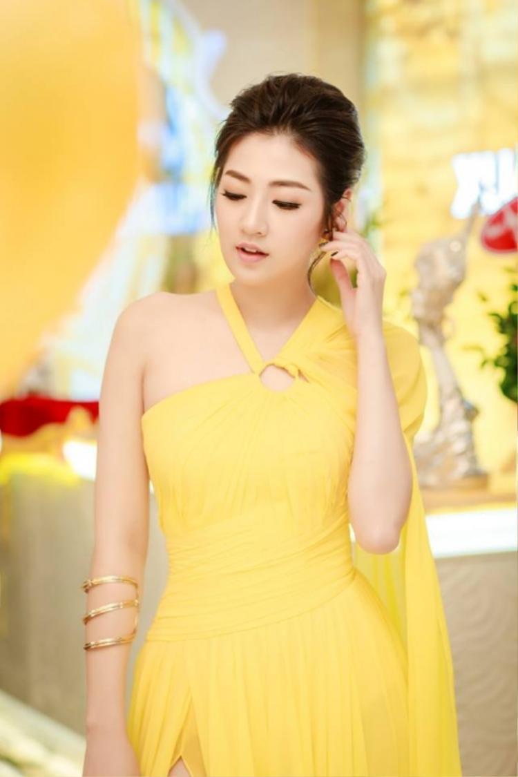 Trong chiếc đầm lệch vai, á hậu Tú Anh vẫn không hề lép vế khi so với Phạm Hương và Thúy Vân.