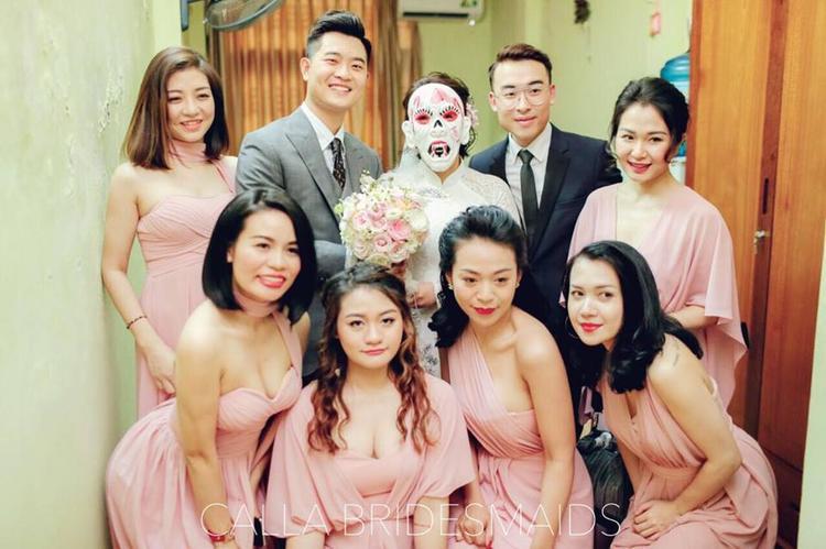 Cô dâu chú rể bên cạnh dàn phù dâu (Ảnh: FBNV)