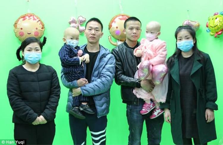 Bố mẹ của hai em bé quyết định tổ chức đám cưới để có kinh phí cho việc điều trị.Ảnh: Han Yuqi