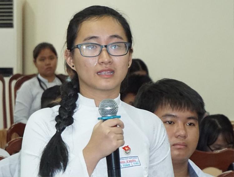 Nữ sinh Phạm Song Toàn bật khóc khi kể về cô giáo. ảnh: VnExpress.