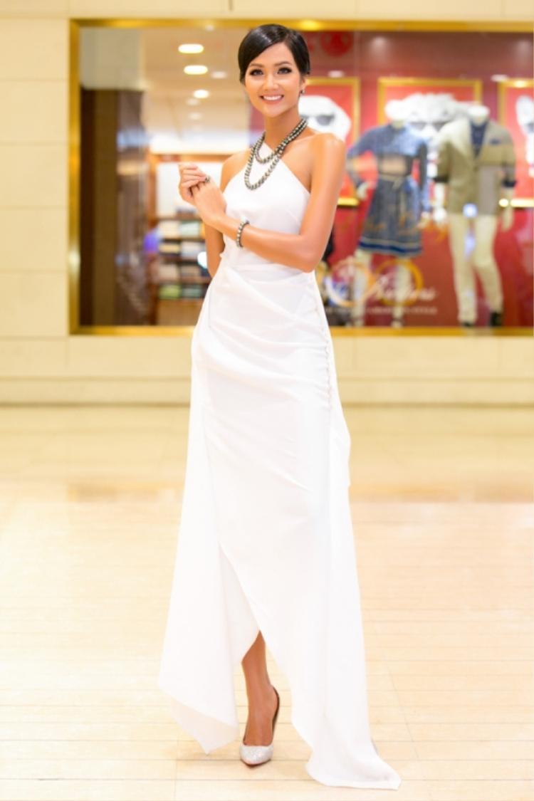 Hoa hậu Hoàn vũ Việt Nam 2017 - H'Hen Niê khiến người đối diện không thể rời mắt với chiếc váy tà lệch bất đối xứng. Tuy chỉ trung thành với sắc trắng khi xuất hiện trước công chúng, nhưng với cách kết hợp phụ kiện tinh tế, người đẹp ít khi gây nên cảm giác nhàm chán đối với khán giả.