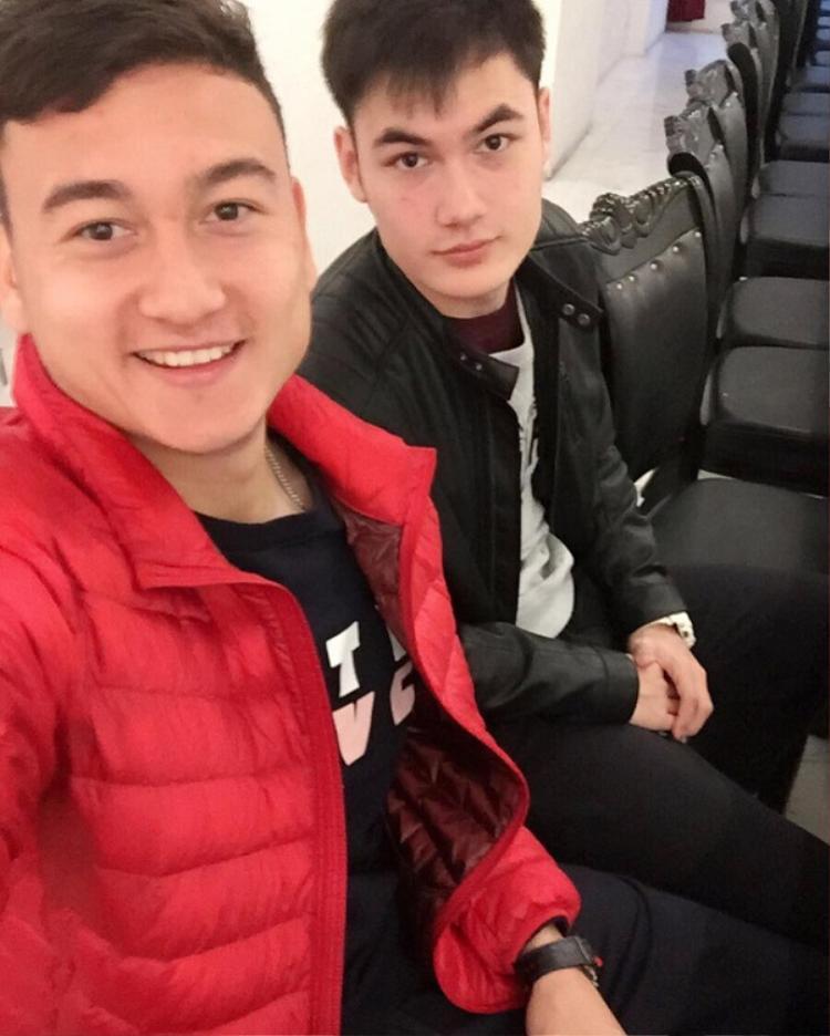 Em trai Văn Lâm tên là Văn Mạnh. Anh chàng sở hữu gương mặt y hệt Văn Lâm.