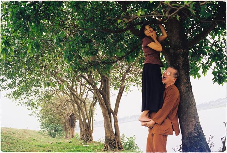 Tặng bố mẹ bộ ảnh kỷ niệm 30 năm ngày cưới, chàng trai không ngờ bố mẹ lại chịu diễn như thế này!