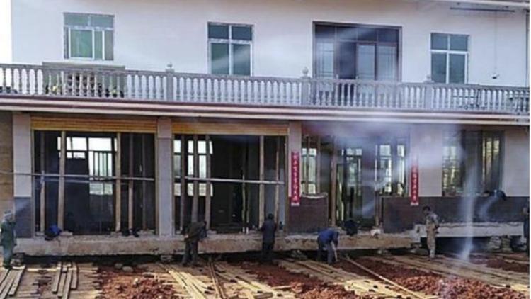 Những tấm gỗ được đặt bên dưới nền nhà. Ảnh: SCMP