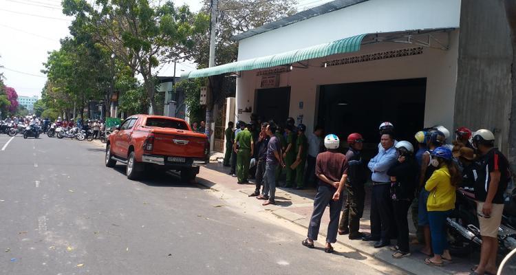 Lực lượng chức năng thu giữ chiếc xe bán tải của nạn nhân để phục vụ công tác điều tra.
