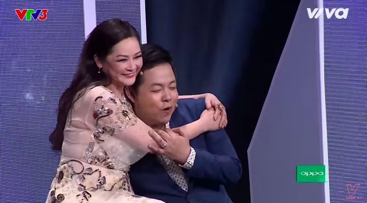"""HLV Quang Lê ngồi cạnh HLV Như Quỳnh thổ lộ """"tôi yêu cô này quá đi""""."""