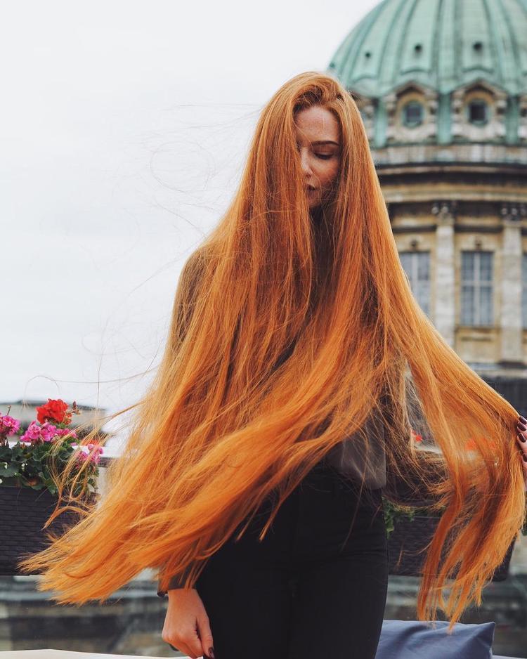 Theo người đẹp, các loại máy sấy có độ nóng cao, lược chải tóc với phần răng quá sát nhau cũng dễ gây hại cho tóc, cô thường để tóc khô tự nhiên, đồng thời dùng tay vuốt, xới tóc theo nếp thay vì sử dụng lược. Đặc biệt,Sidorova cũng sử dụng một loại thuốc nhuộm được làm từ hạt dẻ, giúp tạo ra màu tóc nâu đỏ tự nhiên. Cô nàng không thích các loại thuốc nhuộm với hóa chất công nghiệp bởi cho rằng nó sẽ gây hại cho mái tóc.