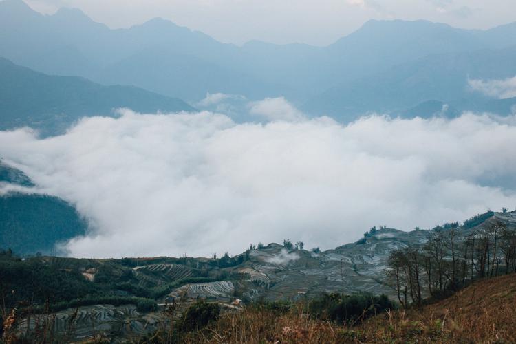 Y Tý thuộc huyện Bát Xát, tỉnh Lào Cai, là một cung đường chiếm trọn tình yêu của những người đam mê du lịch phượt. Người ta tìm về núi rừng hùng vĩ nơi đây mùa hoa đỗ quyên nở, tìm về những thửa ruộng bậc thang mùa nước đổ, mùa lúa chín hay lên đường để trải nghiệm những cung đường đèo uốn lượn ở Y Tý.