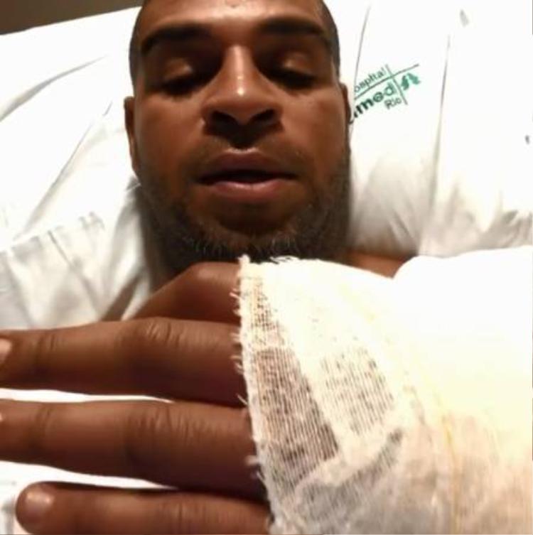 Hình ảnh cắt từ clip Adriano trong bệnh viện với vết thương ở tay