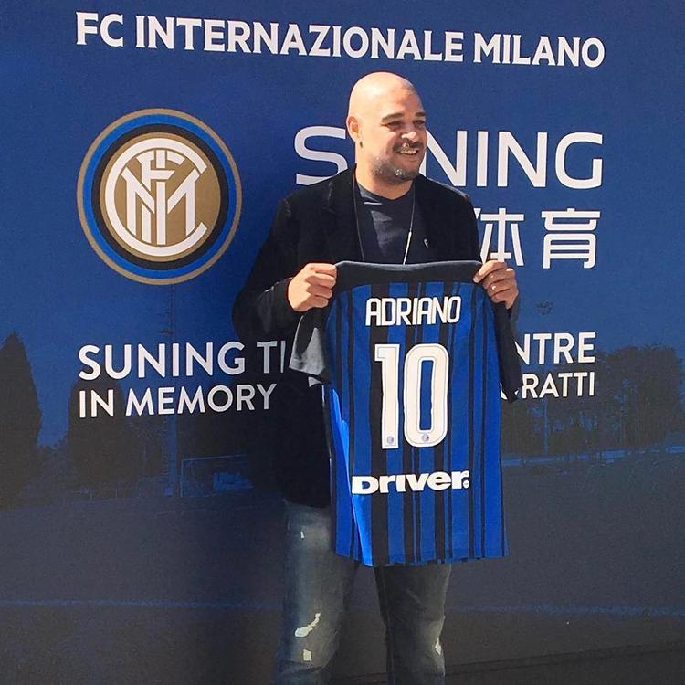 Adriano nhận chiếc áo vinh dadnh trên sân tập của Inter Milan