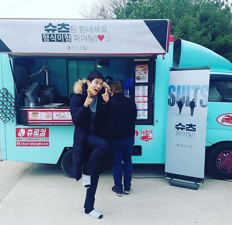 Fan chết ngất vì độ đẹp trai và đáng yêu của Park Hyung Sik ở hậu trường phim 'Suits'