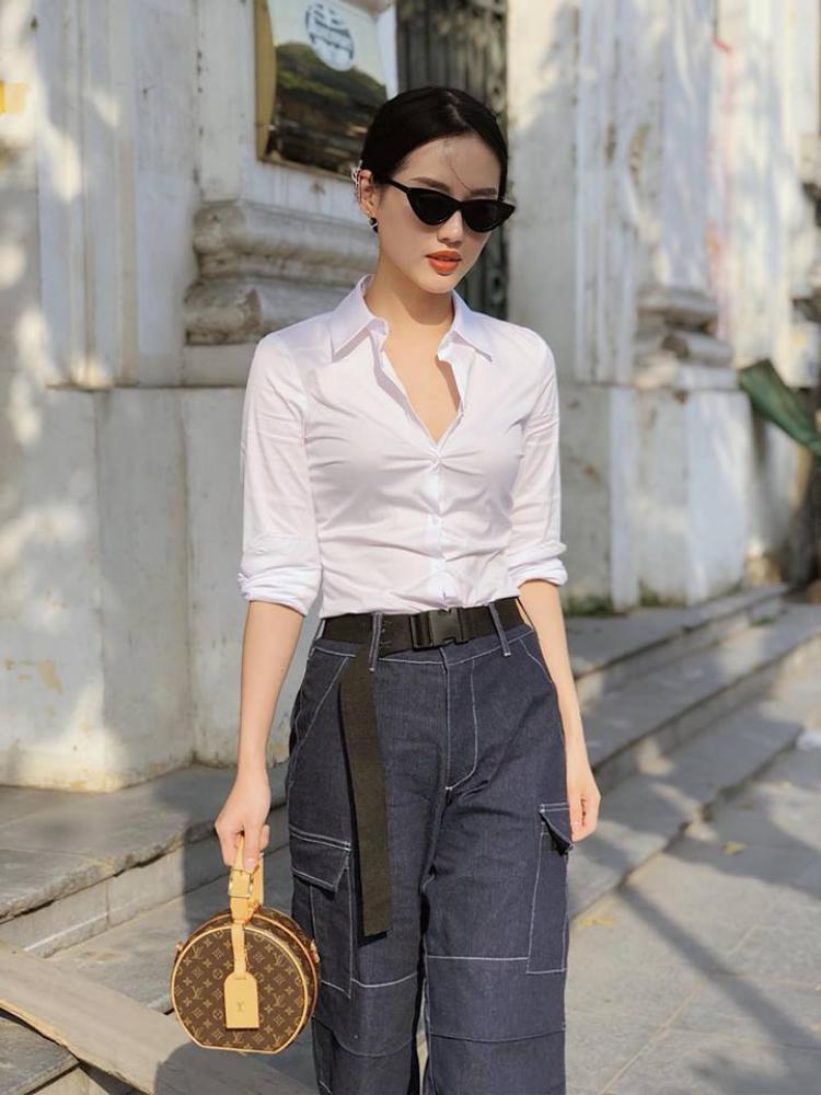 Kiểu áo sơ mi bó tưởng đã bị quên lãng mùa hè này nhưng khi được kết hợp với quần denim ống suông thì nó vẫn đẹp như thường.