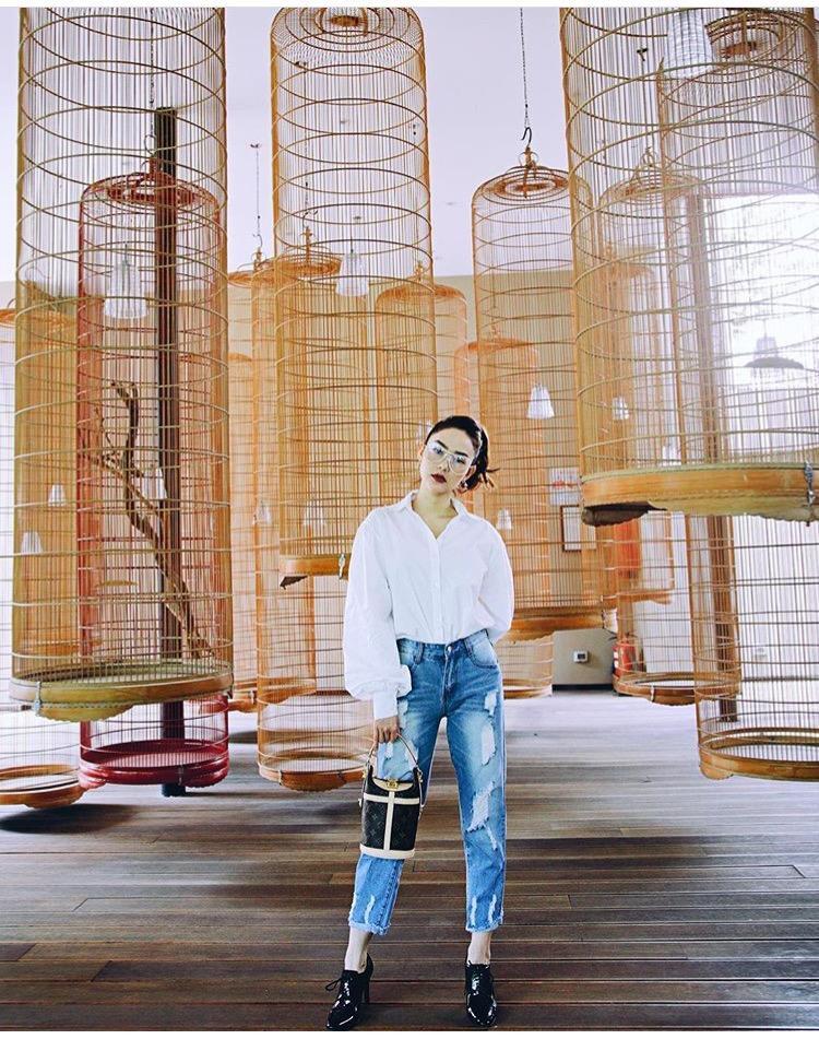 Trong bức hình mới nhất khoe outfit, Minh Hằng diện áo sơ mi tay bồng đang là hot trend, kết hợp với jeans rách cực kỳ bụi bặm. Chiếc túi Louis Vuitton của Minh Hằng cũng là items được nhiều người đẹp ưa chuộng.