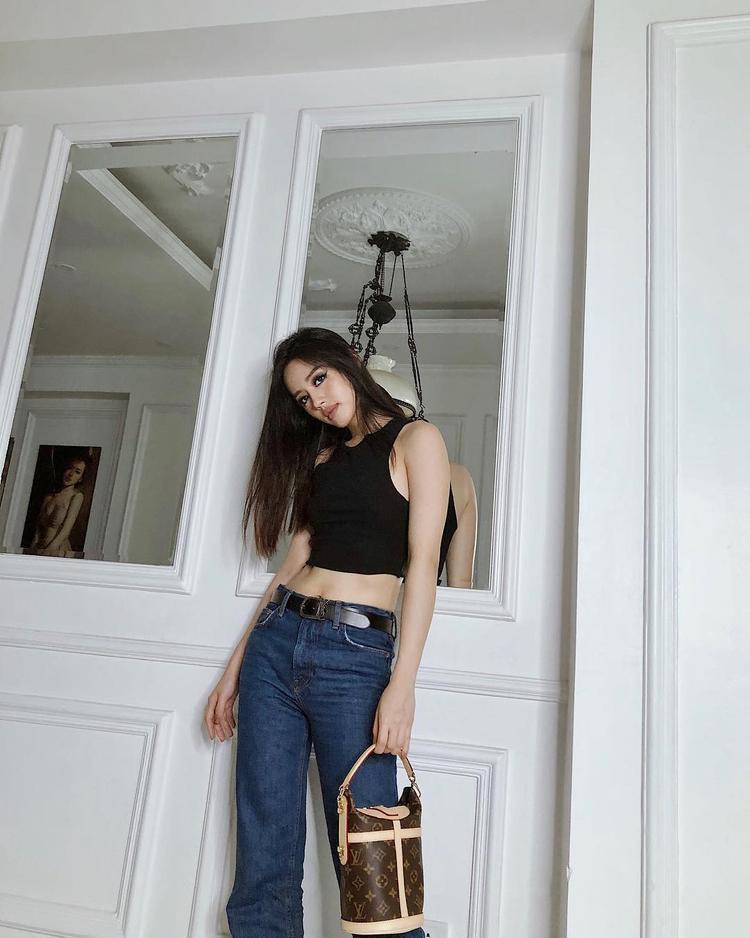 """Khánh Linh The Face cũng mê mệt chiếc túi này. Với món phụ kiện """"xịn sò"""" người đẹp chỉ cần diện áo croptop khoe eo cùng quần jeans đơn giản là đã đủ nổi bật."""