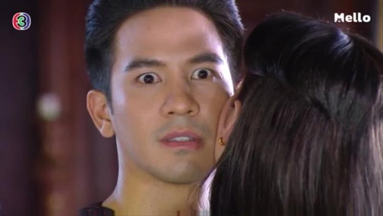 Chạm má phải thì mặt đơ như cơ, tưởng Khun Pee sắp ngất ra tới nơi.