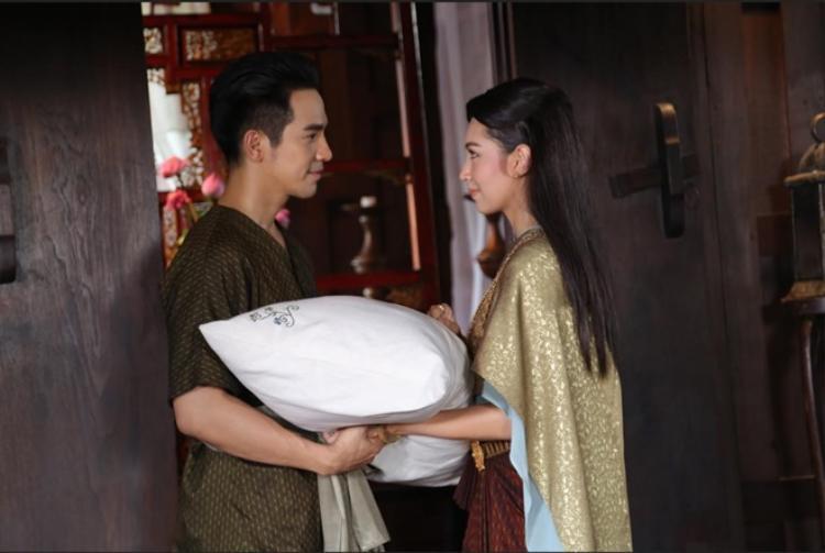 Kade đem gối của mình tặng cho Khun Pee.