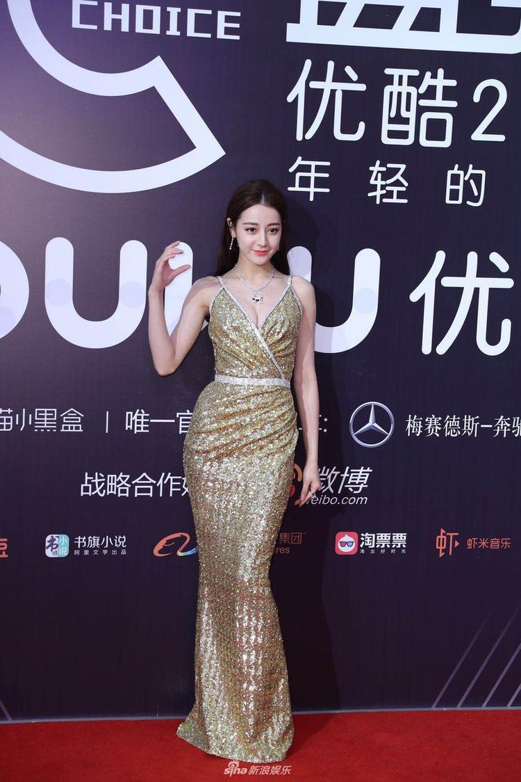 """Cô tạo dáng với biểu tượng """"Chữ C"""" quen thuộc của lễ trao giải Youku."""