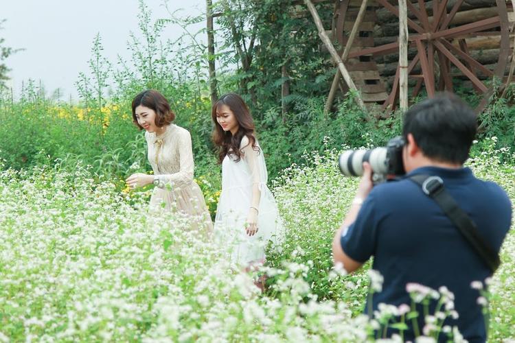 Các cô gái không quên ăn vận đẹp đẽ đến chụp hình với hoa.