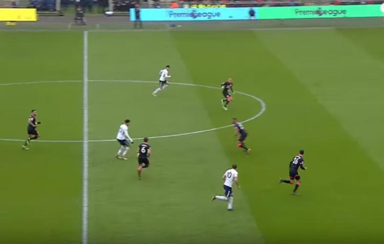 Bàn mở tỉ số trong trận đấu gặp Huddersfield, Kane dạt ra cánh để kéo người đồng thời tạo khoảng trống cho Alli tung ra cú chọc phe quyết định dành cho Son.