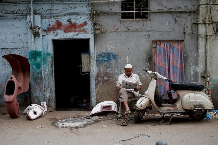 Trong 2 thập kỷ qua, tỷ lệ người sở hữu xe máy đã tăng vọt ởPakistan. Những chiếc xe được nhập khẩu từ Trung Quốc và Nhật Bản có ở khắp mọi nơi. Tuy nhiên, với những người thích dòng xe Vespa cổ nhưZubair Ahmad Nagra, người điều hành Câu lạc bộ Vespathành phố Lahore, những dòng xe Vespa mới và tiết kiệm nhiên liệu có vẻ ít hấp dẫn hơn.