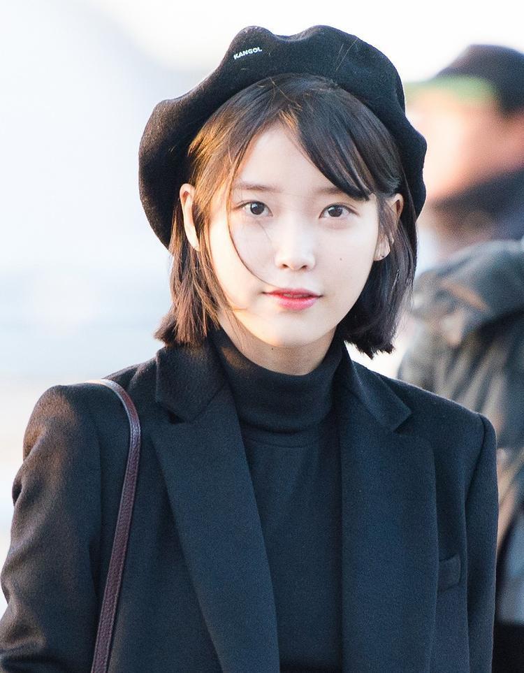 """""""Em gái quốc dân"""" IU từng nhiều lần thử giọng cho JYP Entertainment và rất nhiều công ty khác nhưng đều bị từ chối. Giọng hát thiên phú của cô nàng chỉ được nhiều người biết tới khi lọt vào tay Loen Entertainment. Debut với tư cách nghệ sĩ solo từ năm 2008, cho đến nay, vị trí của IU tại Kpop đã lên hàng """"tường thành""""."""