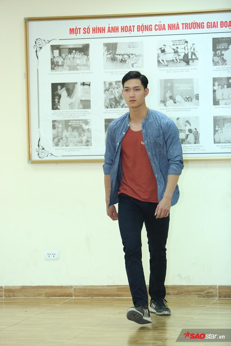 Cậu bạn sinh năm 1998 là thí sinh nổi bật từ vòng online. Trước khi đến với Siêu mẫu Việt Nam 2018, Anh Tú từng hai lần diễn tại Vietnam International Fashion Week.