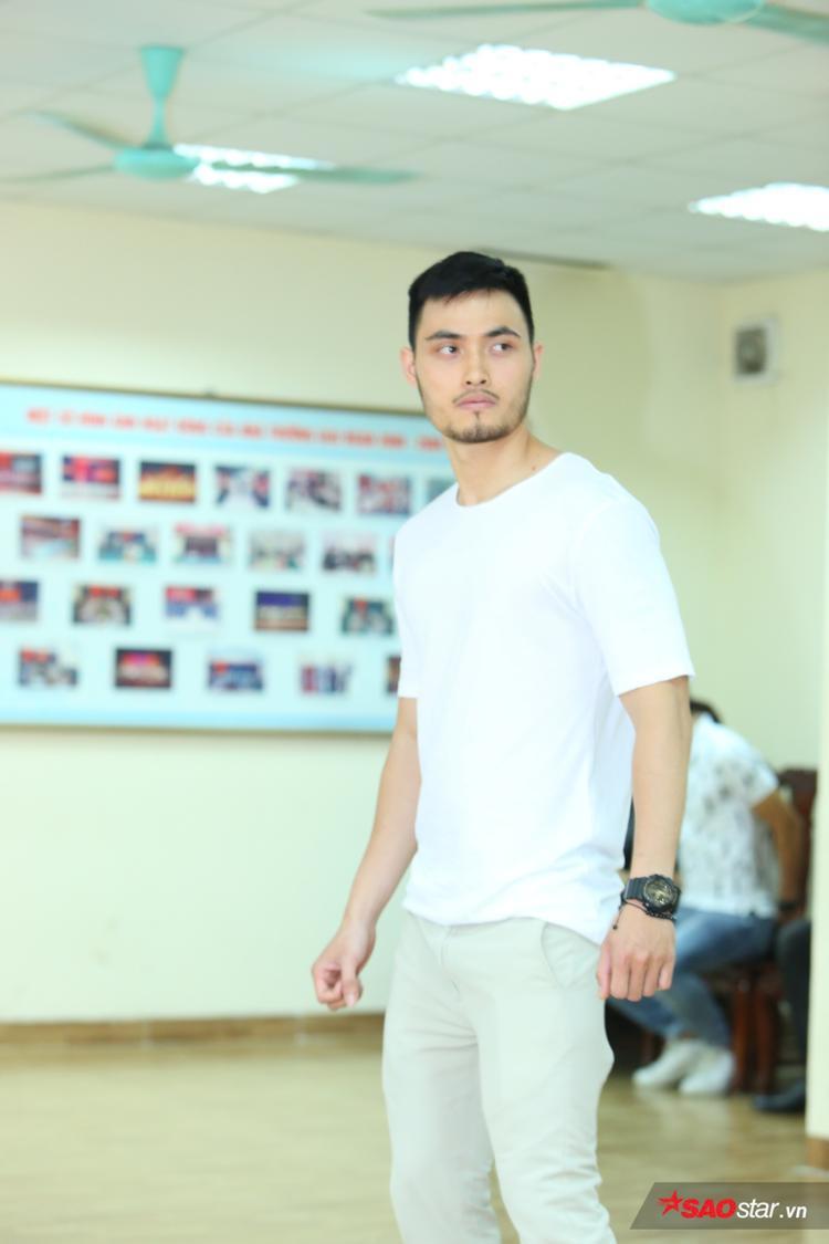 Tốt nghiệp Thạc sĩ tại Vương quốc Anh, sau khi trở về Việt Nam làm việc cho một vài công ty tài chính, Tiến Dũng quyết định thử sức với nghề người mẫu.