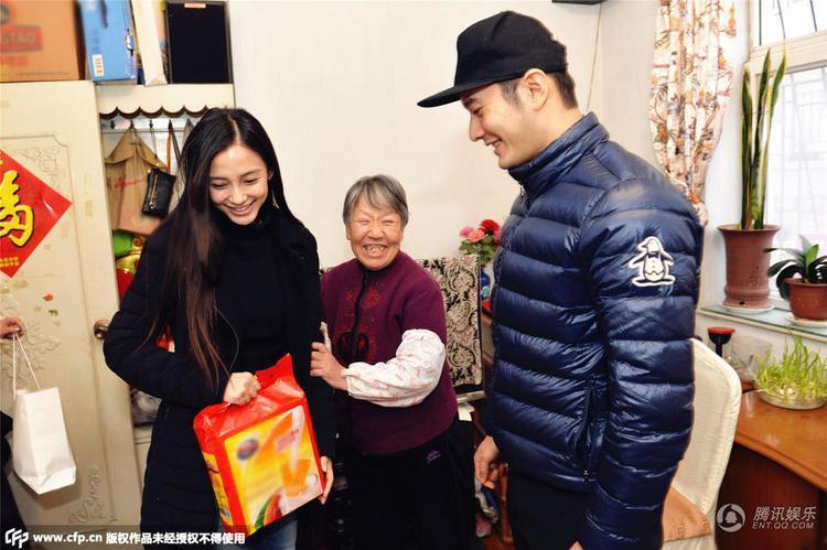 Vợ chồng Angelababy và Huỳnh Hiểu Minh luôn tích cực tham gia và giúp đỡ những người có hoàn cảnh khó khăn.