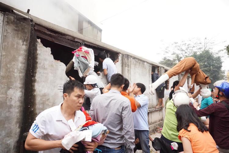 Một tiểu thương may mắn được người dân cứu hàng hóa ra ngoài.