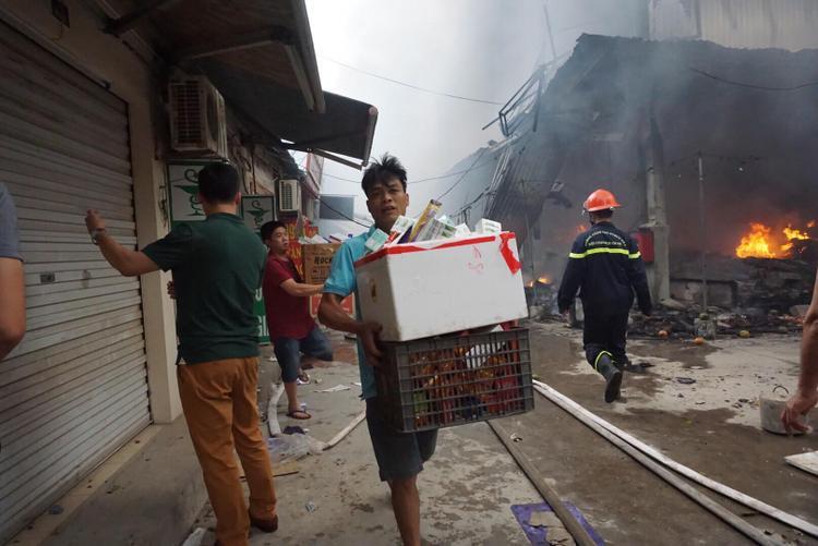Toàn bộ hai tầng của chợ đã đổ sập.