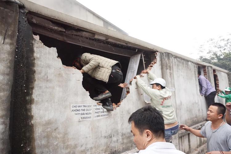 Tại hiện trường, người dân cùng với các tiểu thương đã nỗ lực giải cứu hàng hóa ra khỏi đám cháy.