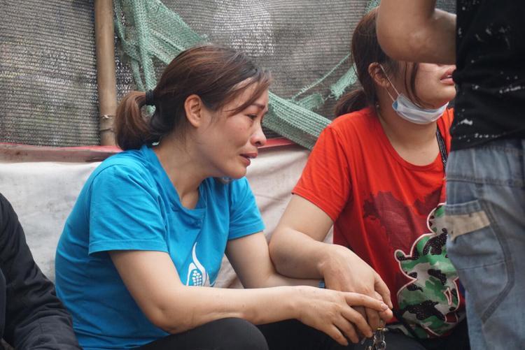 Chị Hồng một tiểu thương trong chợ Quang cho biết hỏa hoạn để thuê rụi 3 ki ốt của mình.