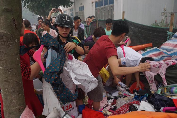 Hàng hóa được người dân và các tiểu thương thu dọn vào trong bao tải.