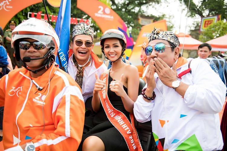 """Hình ảnh đương kim hoa hậu ngồi trên chiếc xe mô tô trông thật """"sai trái"""". Thử̉ hỏ̉i, với cách ăn diện như thế này, thì H'Hen Niê muốn truyền tải thông điệp gì trên cương vị đại sứ cuộc đua xe đạp năm nay?"""
