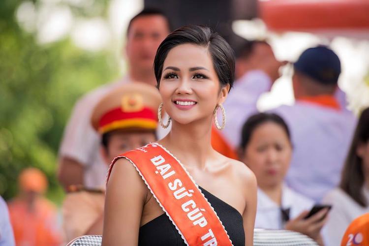 Từ tóc tai đến cách make-up, H'Hen Niê rất nổi bật. Song với hình ảnh này, hoàn toàn không hợp với bối cảnh, nếu như không nói cô đã xuất hiện nhầm sự kiện.