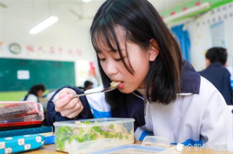 Mỗi ngày Dương ăn 4 bữa và không bữa nào là thiếu thịt mỡ.