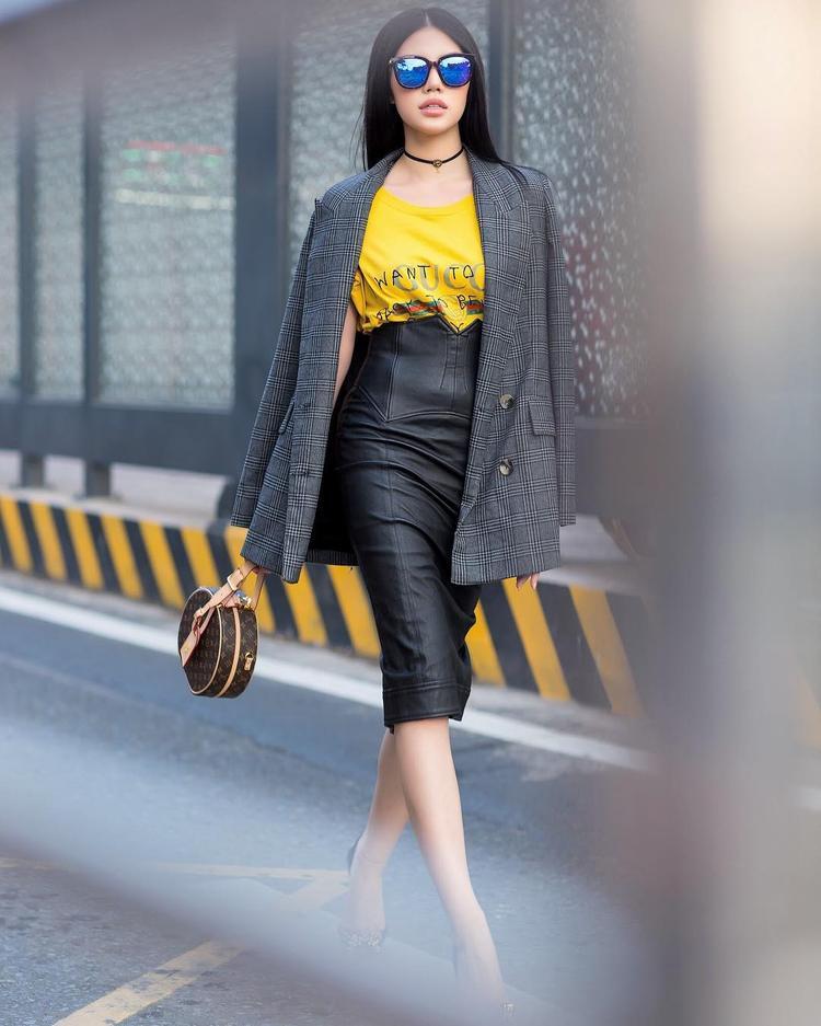 Cách Jolie Nguyễn mix chân váy da dáng corset cùng áo phông đơn giản và vest kẻ ca rô cho thấy gu thẩm mỹ vô cùng tinh tế của người đẹp.