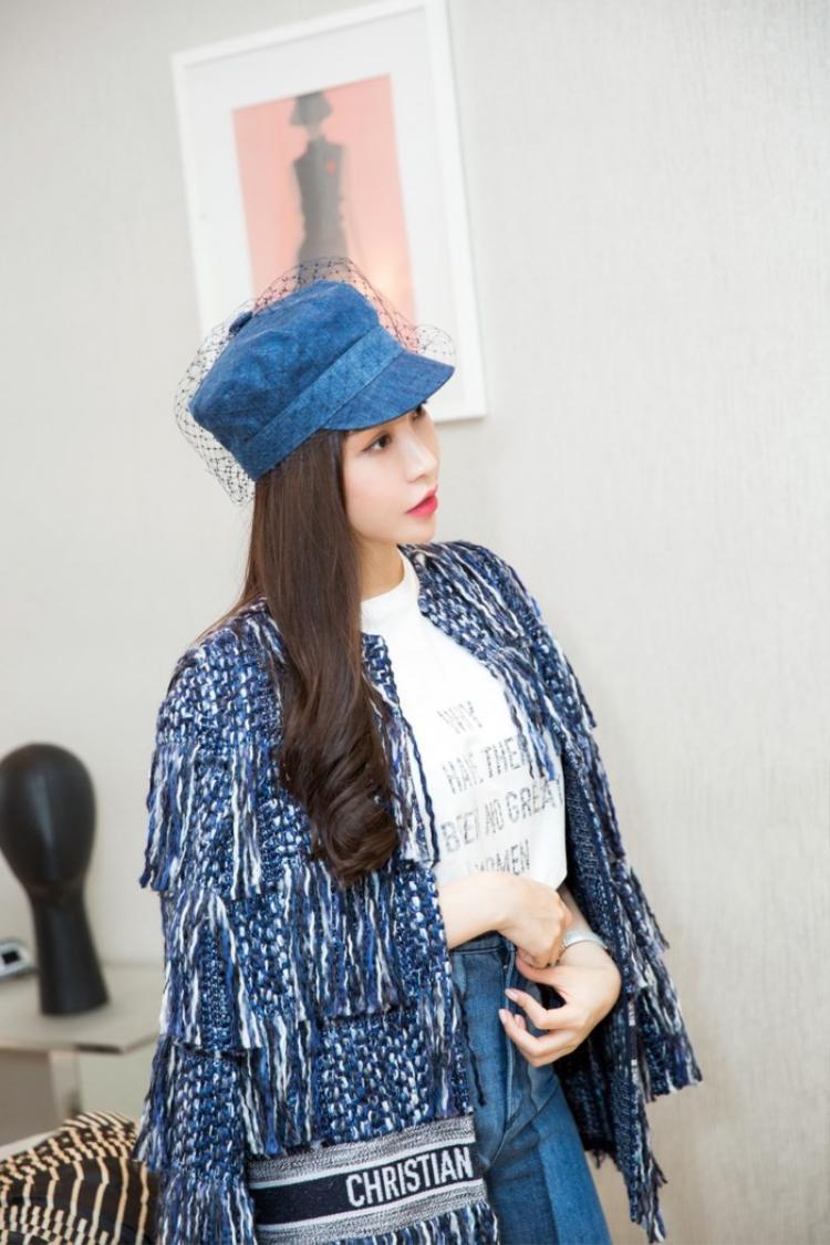 Cũng mix cùng áo thun bên trong hệt Tóc Tiên nhưng Lam Cúc phối cùng chiếc mũ xinh xắn giống người mẫu trong bộ sưu tập. Mỹ nhân 8X chứng tỏ bản thân vẫn xinh đẹp và trẻ trung bởi làn da trắng sứ và vóc dáng chuẩn.