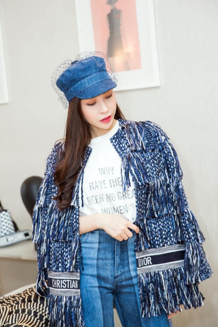 Tại sự kiện Dior giới thiệu bộ sưu tập mới tại Việt Nam, hoa hậu Lam Cúc xuất hiện và lựa chọn đúng thiết kế từng được Angela Baby đã mặc.