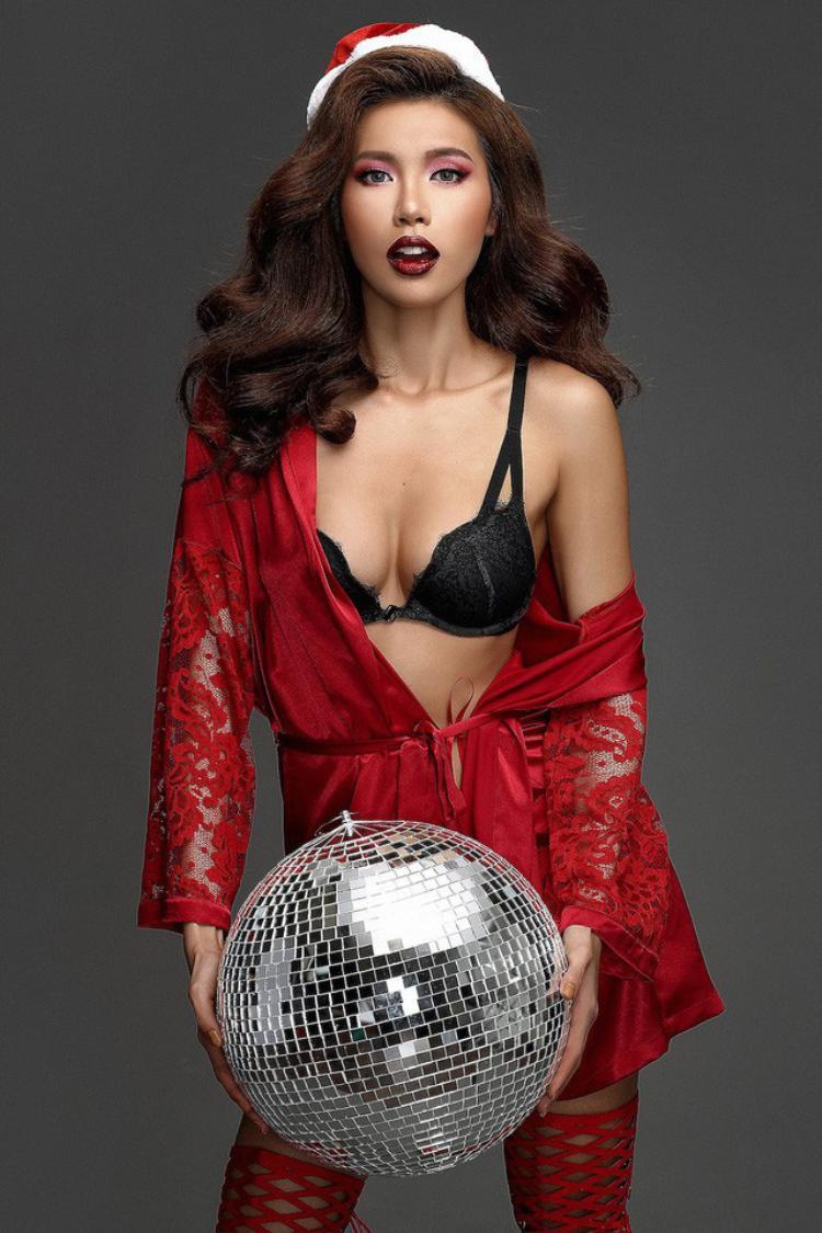 Trong những bức ảnh thời trang thì khoe ngực lại càng được chú ý hơn cả.