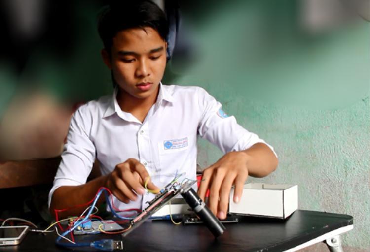 Nguyễn Văn Sỹ lắp ráp các thiết bị