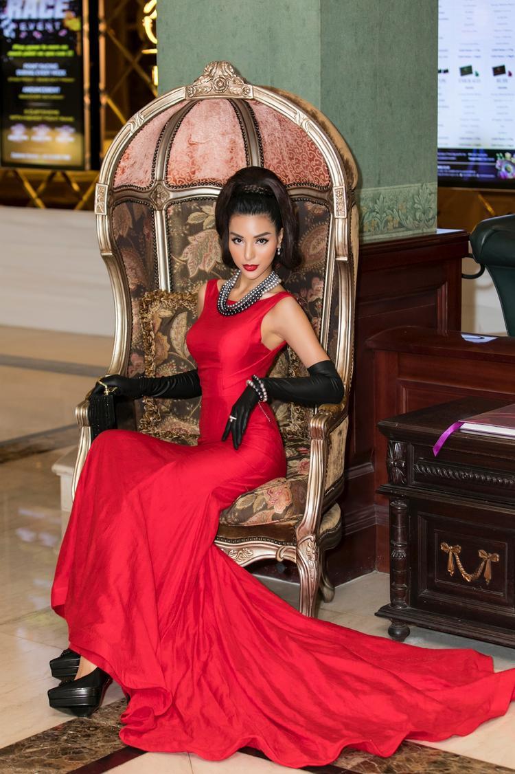 Vốn có kinh nghiệm trong ngành người mẫu khá lâu nên cách tạo dáng của Khả Trang không những chuyên nghiệp mà còn phô bày đường cong hoàn hảo của cơ thể.