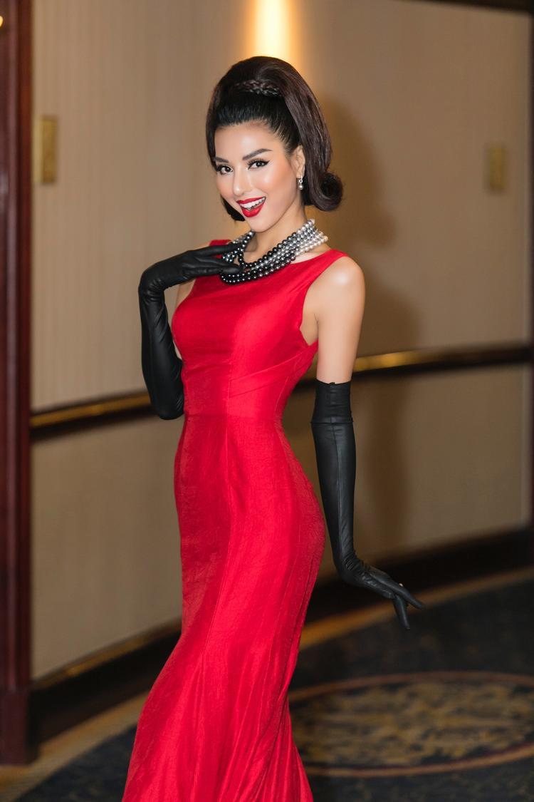 Không chỉ với hình ảnh sắc lạnh của một người mẫu chuyên nghiệp, Khả Trang còn tự tin tạo dáng và gây ấn tượng với nụ cười tươi rạng rỡ.