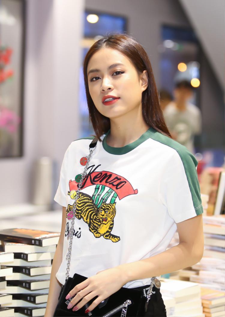 Xuất hiện giản dị trong một sự kiện nhưng Hoàng Thùy Linh vẫn thu hút bởi vẻ gương mặt đẹp với làn da căng bóng.